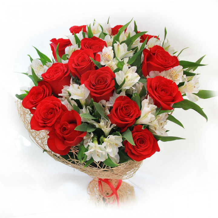 Букет из алых роз в Пскове