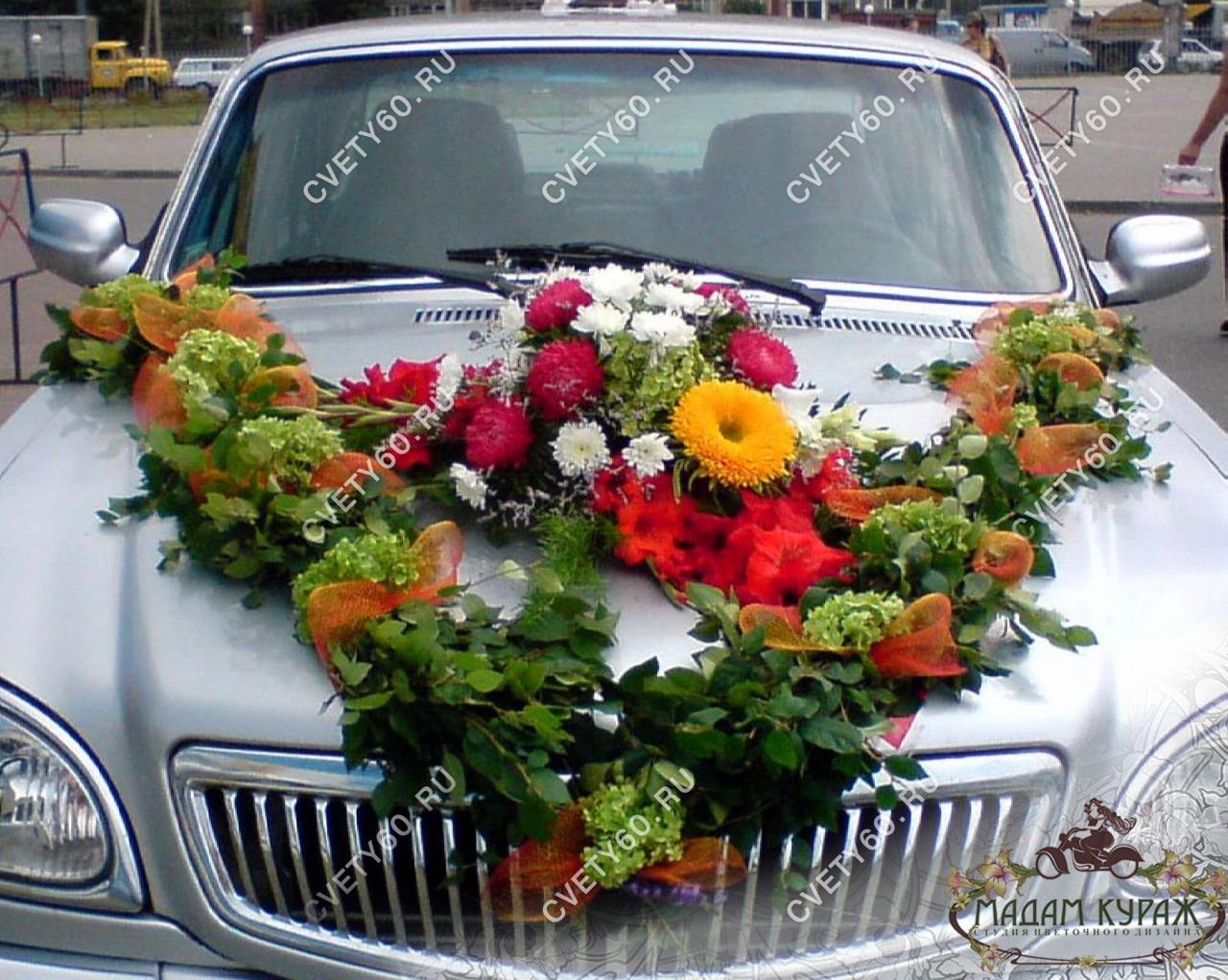 украшение цветами свадебной машины в Пскове