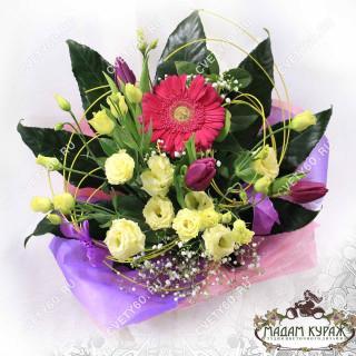 Яркий букет с герберой и тюльпанами  в Пскове с доставкой