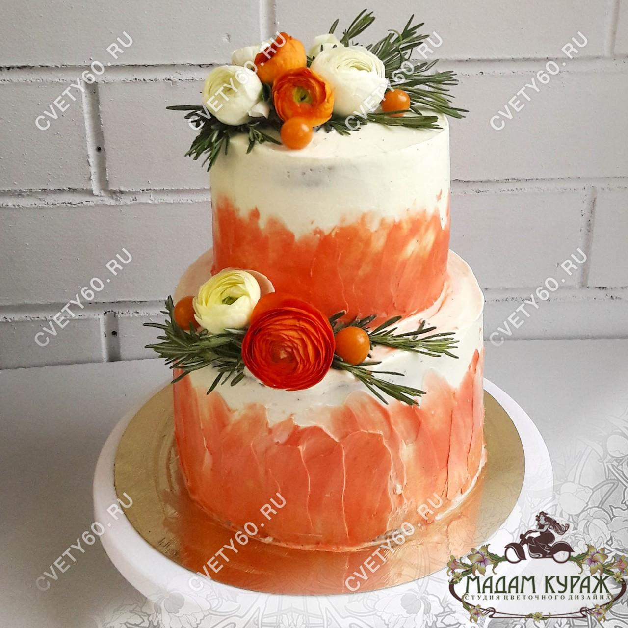Двухъярусный торт в Пскове, украшенный живыми цветами.