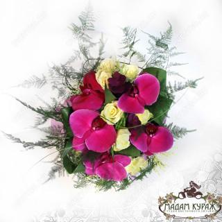 Композиция на стол из орхидей и роз в Пскове с доставкой