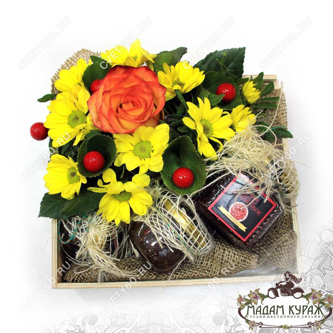 Подарок в виде корзинки и цветочной композиции в Пскове на заказ
