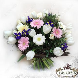 Весенний букет из гербер,ирисов и тюльпанов