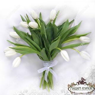 Белые тюльпаны в Пскове в Пскове