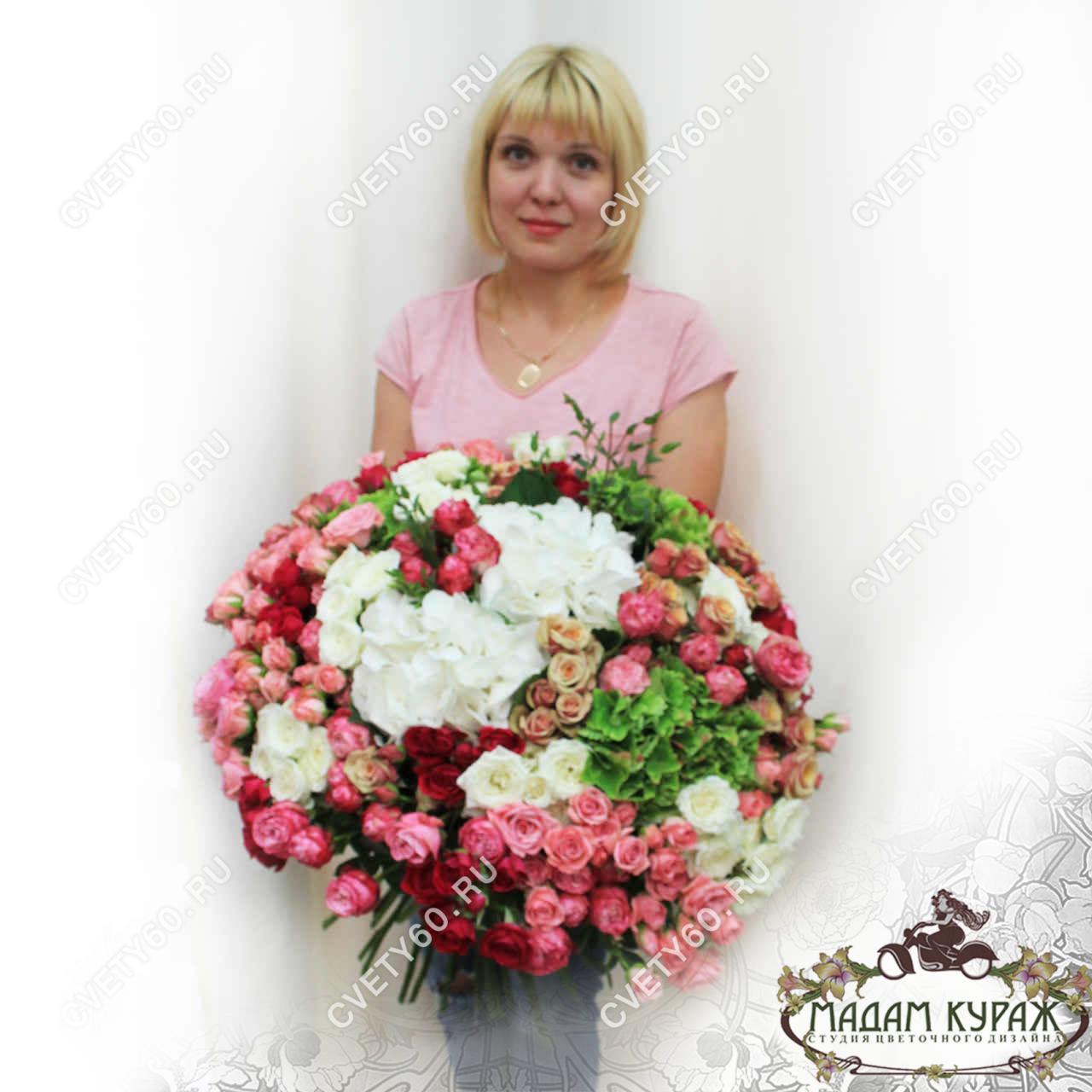 Сногсшибательный букет из кустовых роз и гортензий