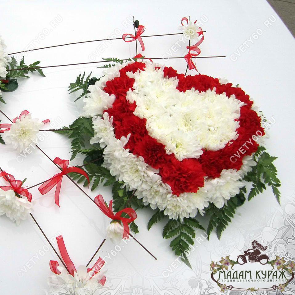 Композиция из живых цветов на свадебной машине в Пскове