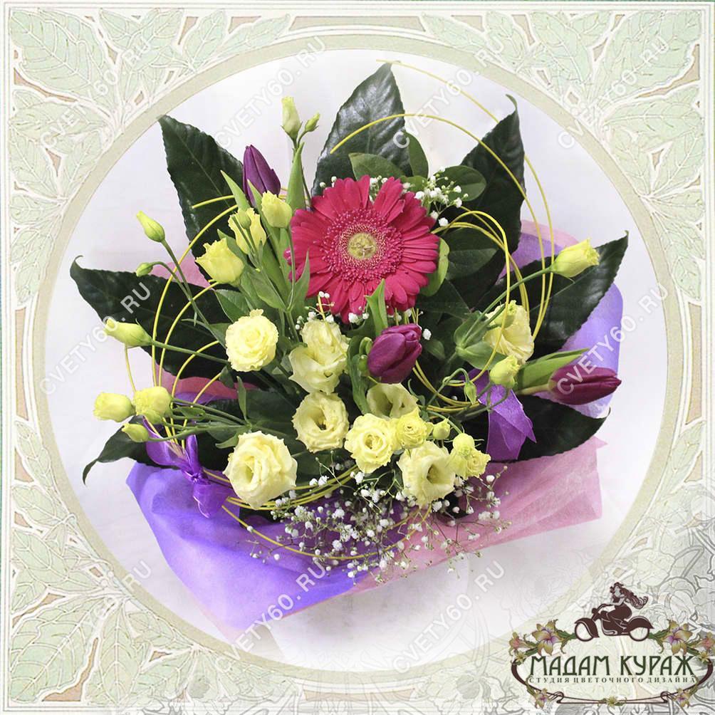Яркий букет с герберой и тюльпанами  в Пскове с доставкой Открытка