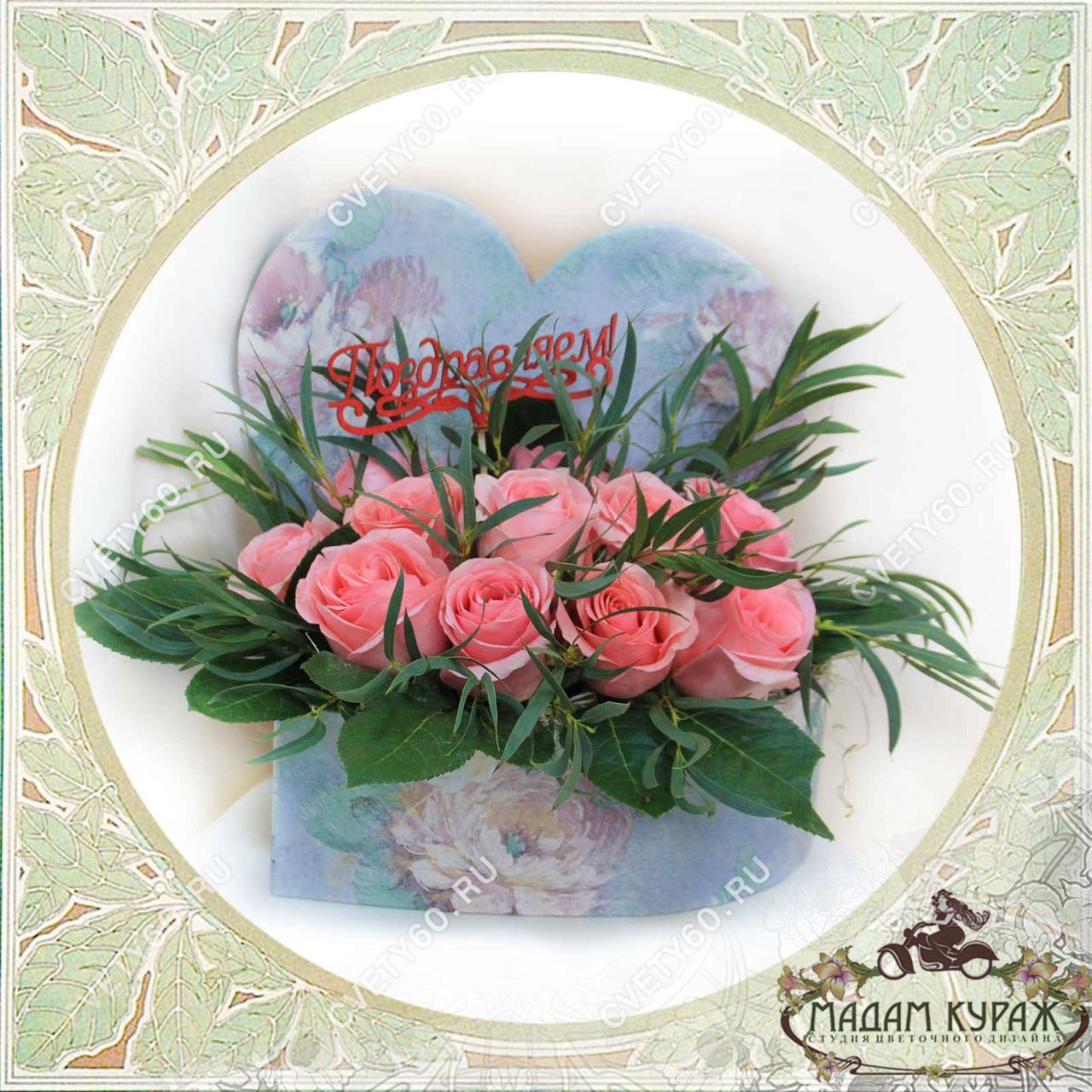 Композиция из роз в форме сердца Открытка