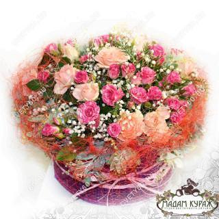 Композиция из кустовых роз в коробке с доставкой в Пскове в Пскове