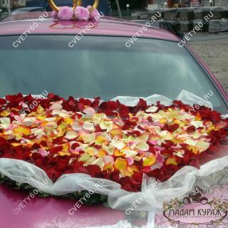 Украшение свадебной машины в Пскове Сердце из лепестков роз
