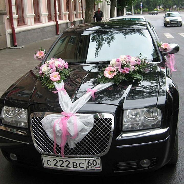 Оформление свадебной машины лентами и цветами в Пскове