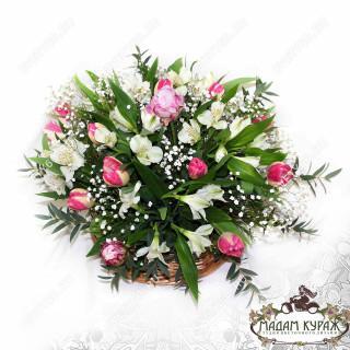 Композиция в корзине из пионов и тюльпанов в Пскове