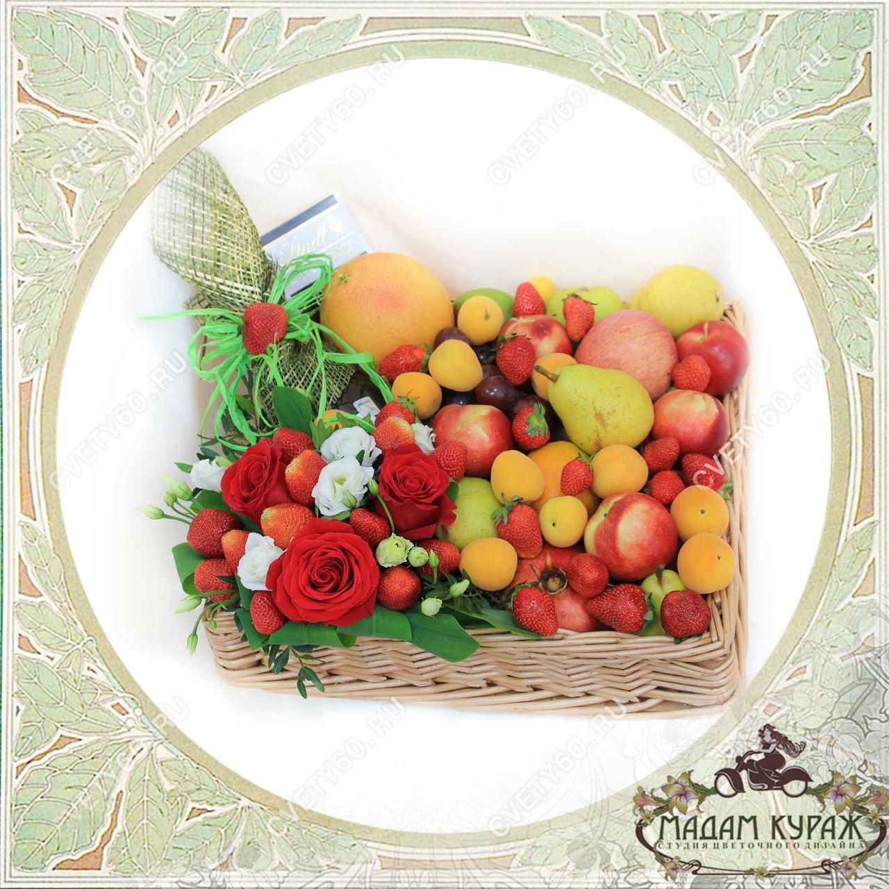 Корзина из фруктов и цветов в Пскове Открытка
