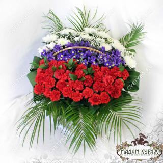 Корзина на возложение из живых цветов в Пскове