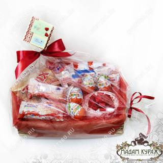 Корзина с конфетами и киндер-сюрпризами в Пскове