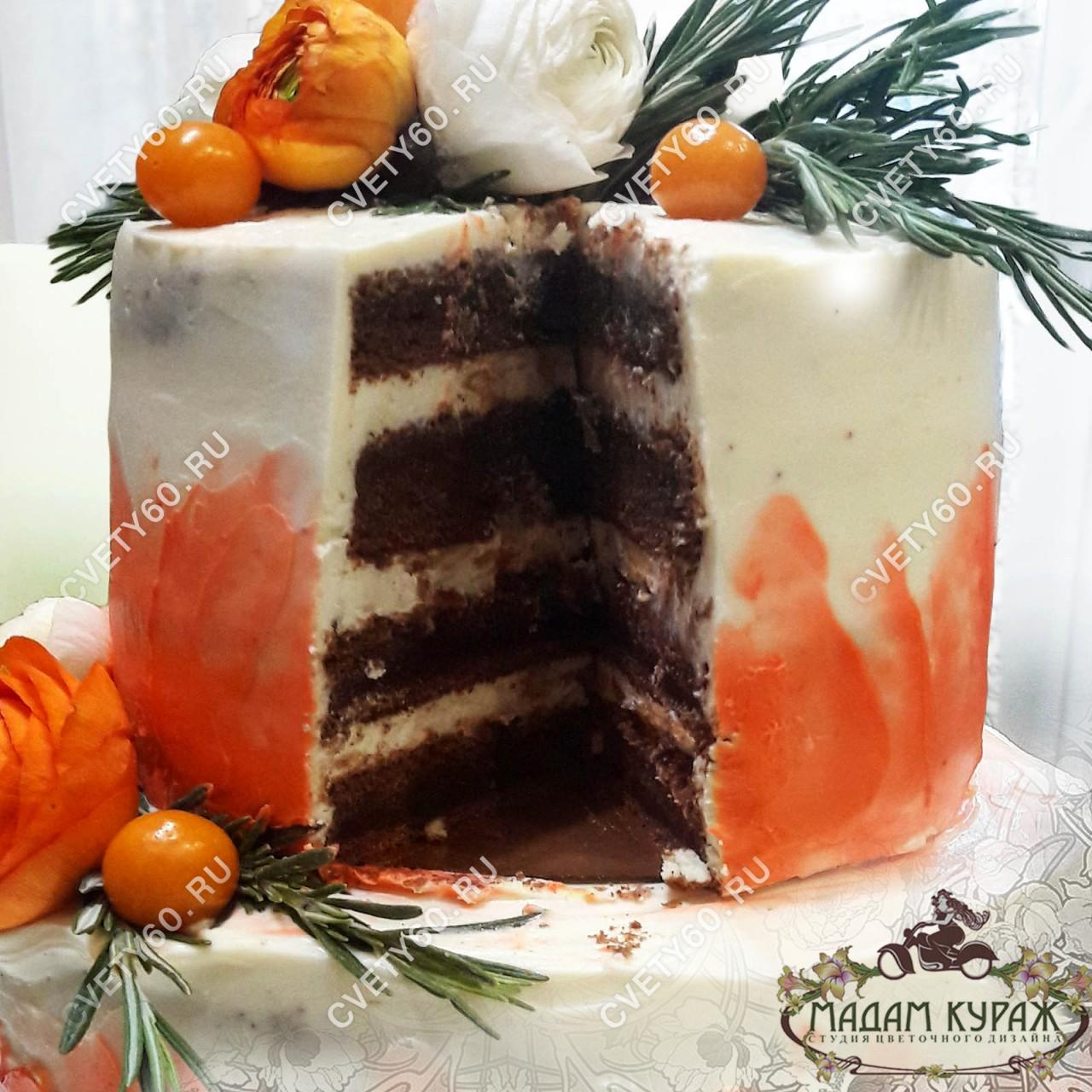"""Двухъярусный торт в Пскове, начинка """"Сникерс"""" (это солёная карамель с жаренным арахисом и нежнейшим сливочно-сырным кремом) украшенный живыми цветами."""