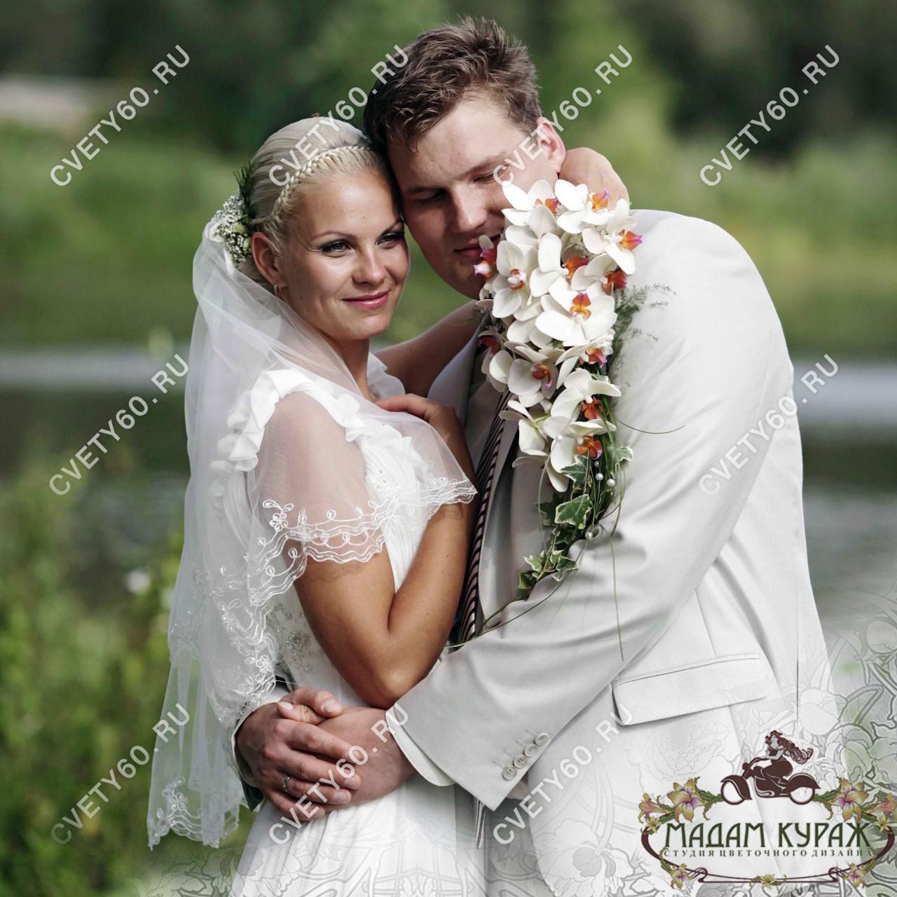 Букет невесты ниспадающий в Пскове