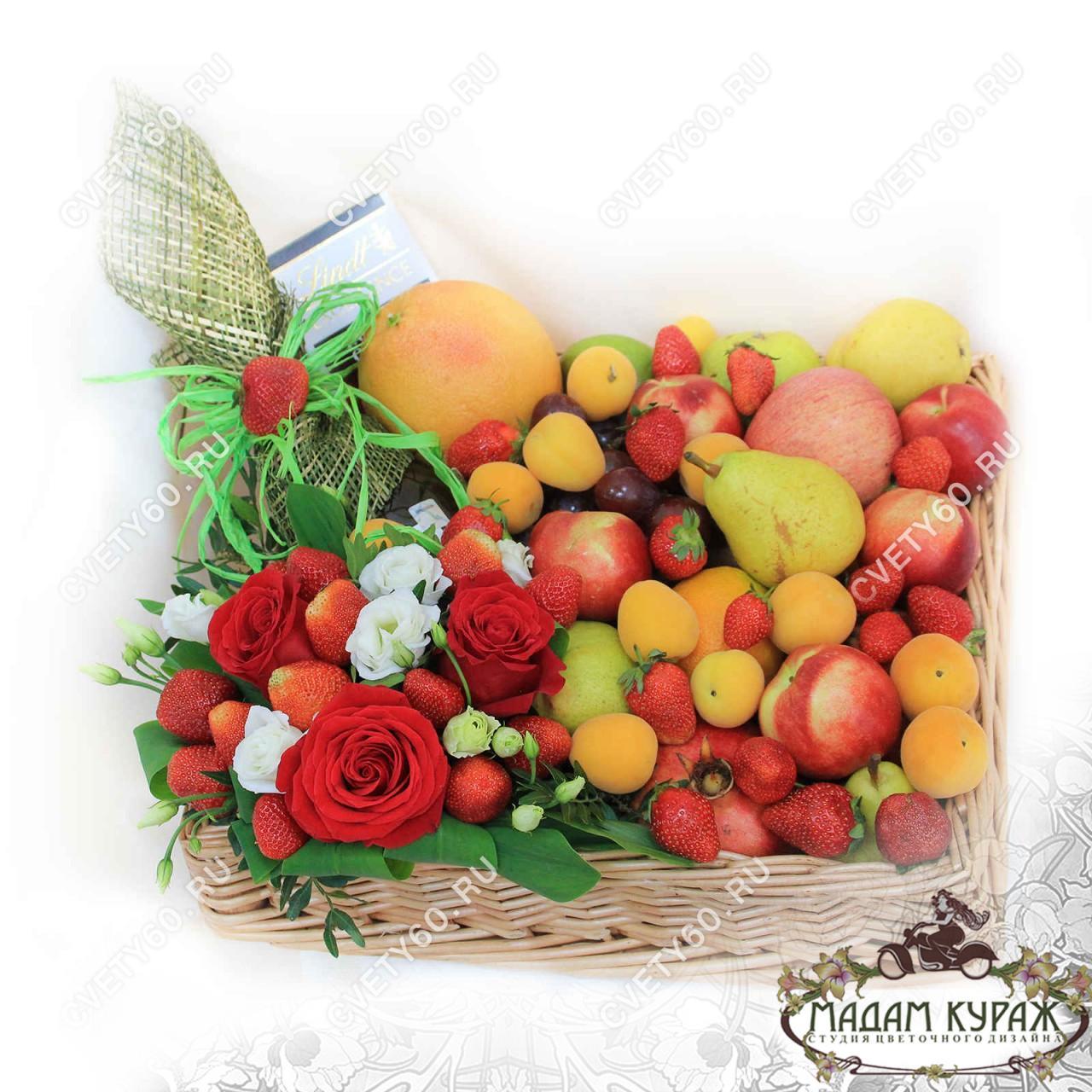 Корзина из фруктов и цветов в Пскове