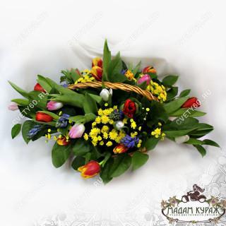 Корзина из весенних цветов в подарок на 8 марта в ПсковеПсков