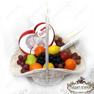 Корзина с фруктами и конфетами с доставкой в Пскове в Пскове
