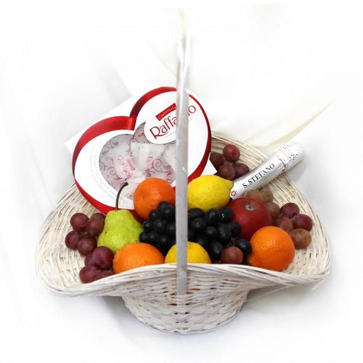 Корзина с фруктами и конфетами с доставкой в Пскове
