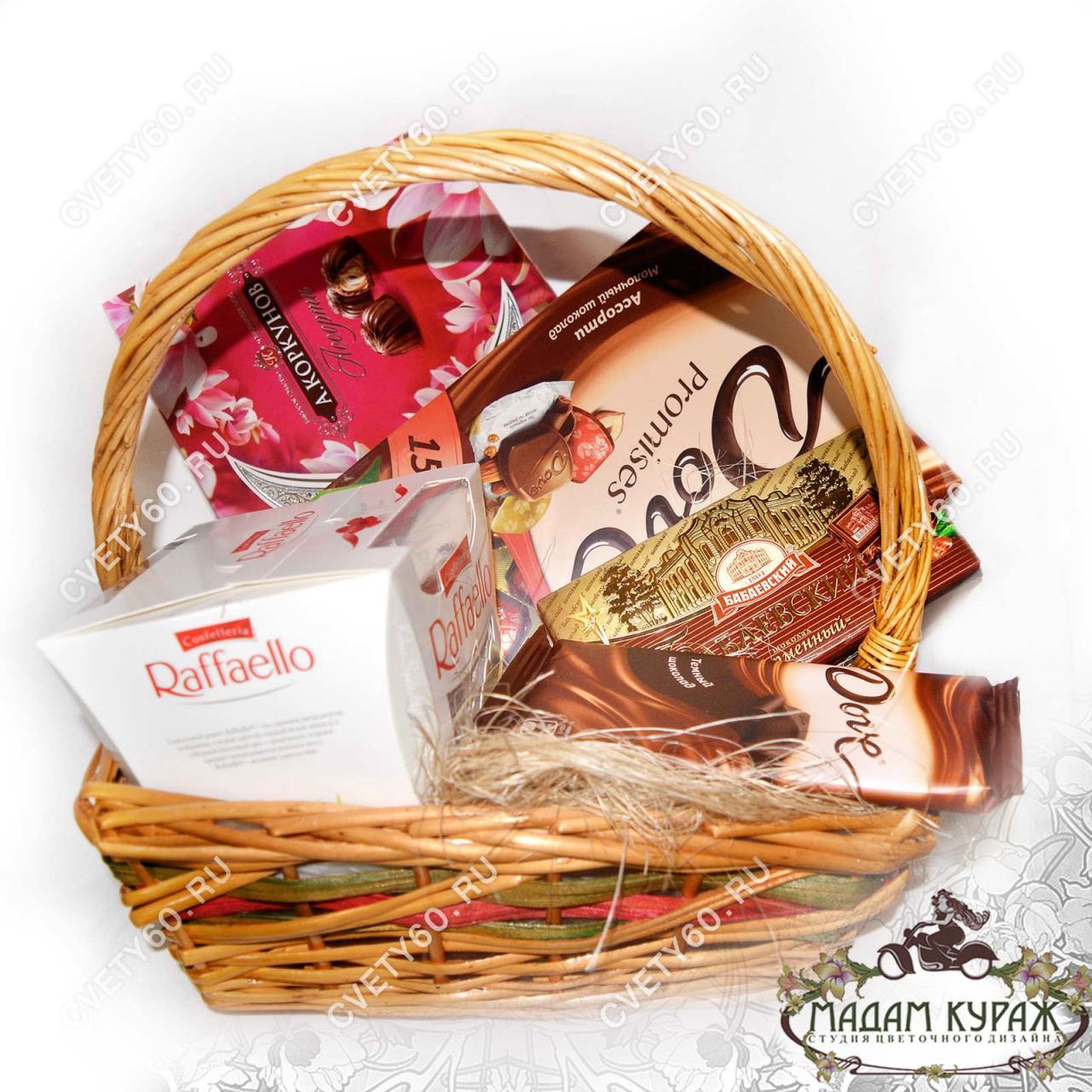 Корзина с конфетами и шоколадом - дополнение к цветочному поздравлению в Пскове