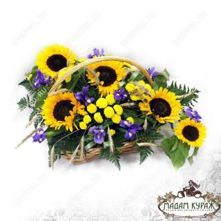 Яркая цветочная корзина с подсолнухами