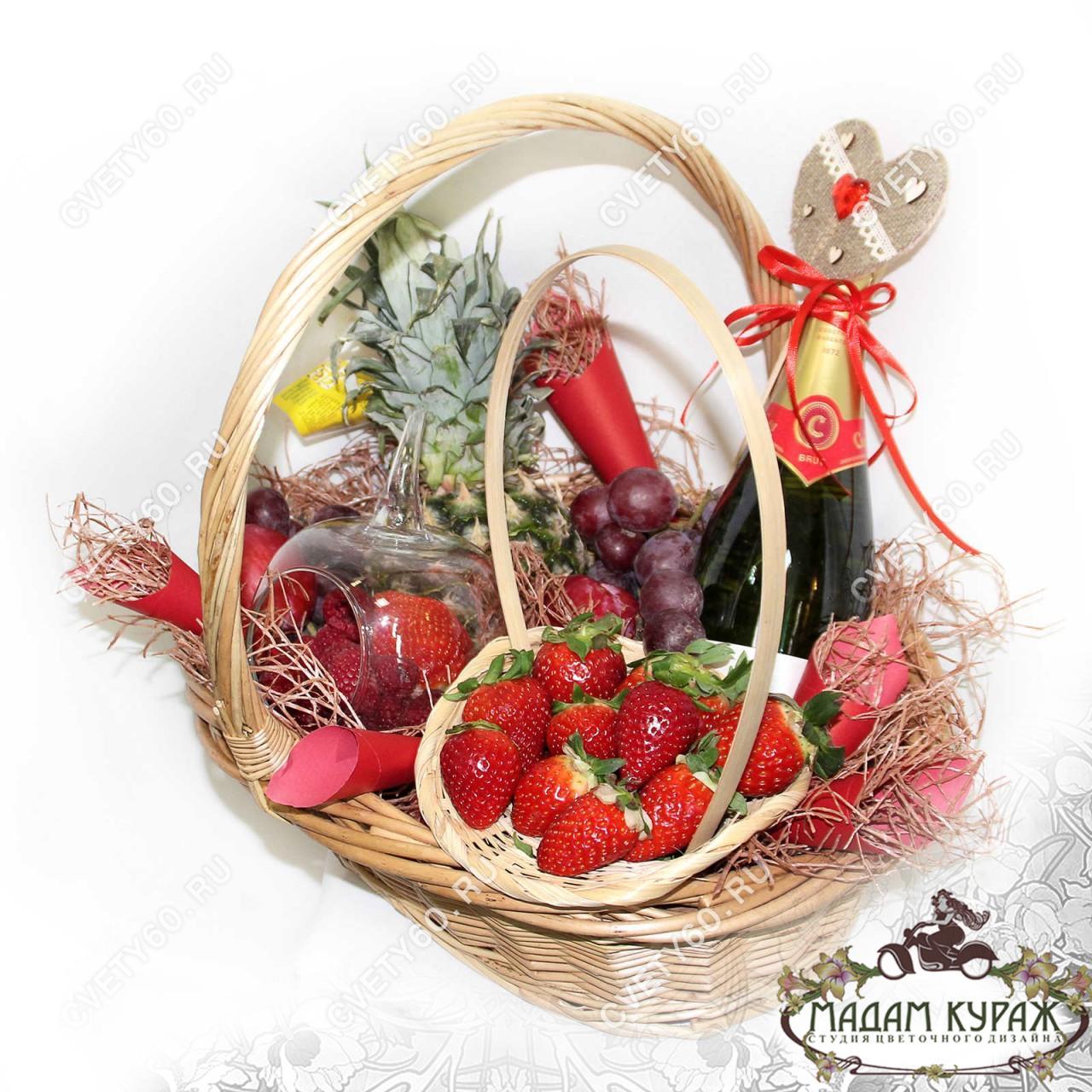Корзина с фруктами и ягодами с доставкой  в Пскове