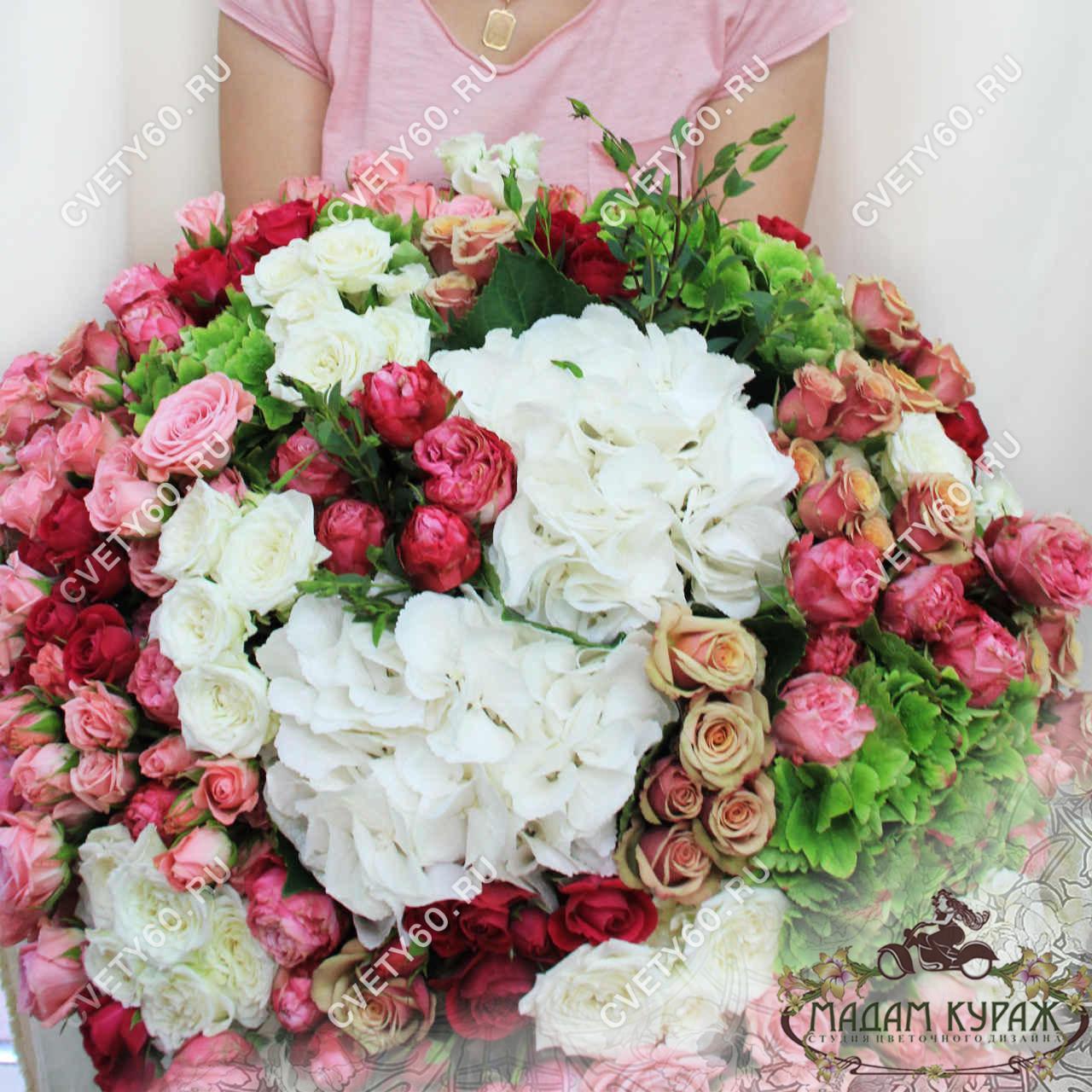 Букет из кустовых роз и гортензий