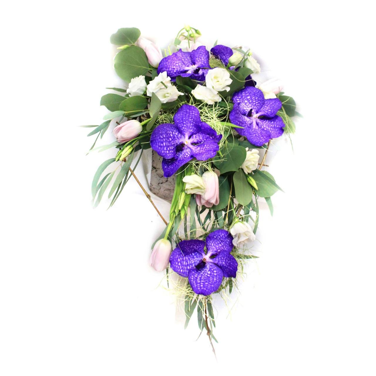 Букет из орхидей и тюльпанов с доставкой  в Пскове