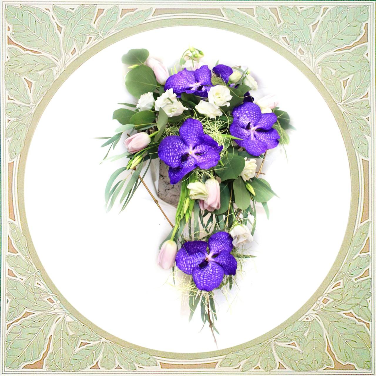Букет из орхидей и тюльпанов с доставкой в Пскове Открытка