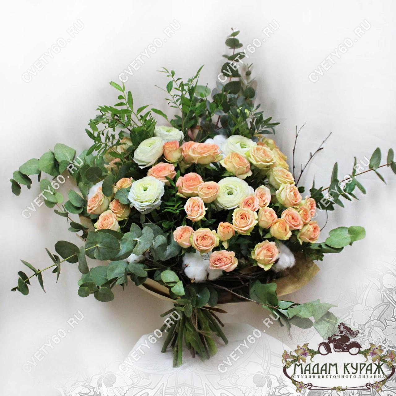 Изящный букет из кустовой розы и ранункулюсов.