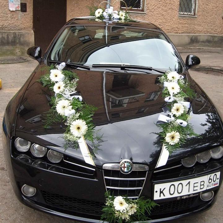Украшение свадебного автомобиля живыми цветами в Пскове