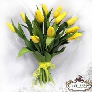 Букет с желтыми тюльпанами в Пскове