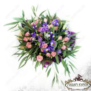 Букет из ирисов и кустовой розы в Пскове в Пскове