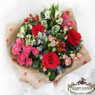 Букет из роз, альстремерий и гиперикума