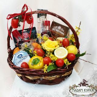 Великолепная корзина с фруктами, овощами, сырами и колбасами в подарок на юбилей мужчинеПсков