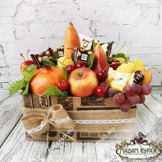 Композиция из фруктов и сладостей в коробкеПсков
