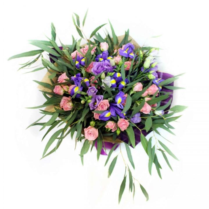 Букет из ирисов и кустовой розы в Пскове
