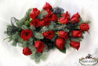 Букет-гирлянда из еловых веток и розы в Пскове