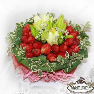 Композиция с клубникой и цветами в Пскове