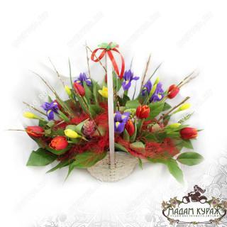 Чудесная весенняя корзина из тюльпанов, ирисов, нарциссов в ПсковеПсков