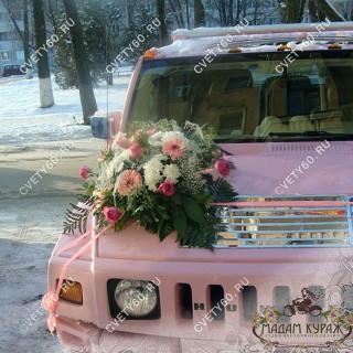 Оформление свадебной машины цветами