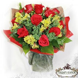 Букет из алых роз с доставкой в Пскове